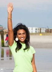 2014_Miss_America_Nina_Davuluri_dips_her_toe_in_the_surf_