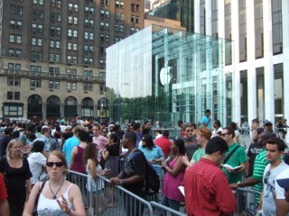 Line_at_Apple_Store_in_NYC